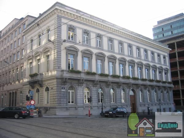 (Hoekgebouw in neoclassicistische stijl)