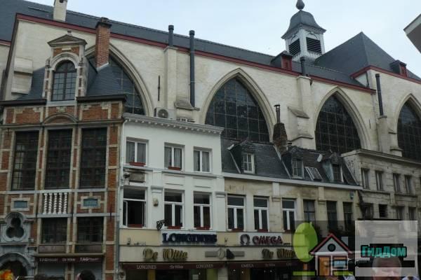 (Geheel van traditionele huizen tegen de Sint-Niklaaskerk)