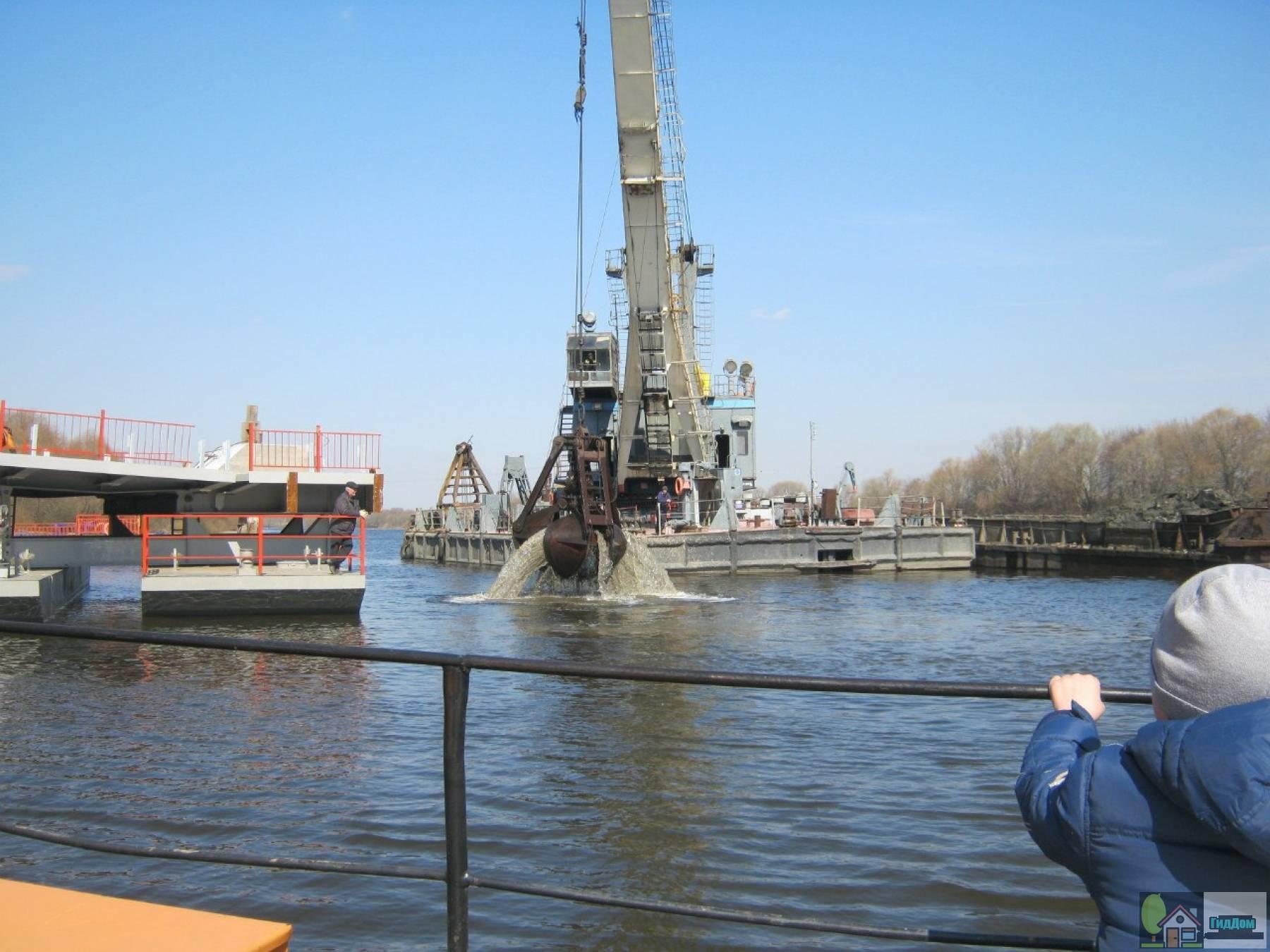 Очистка дна Митяевского моста